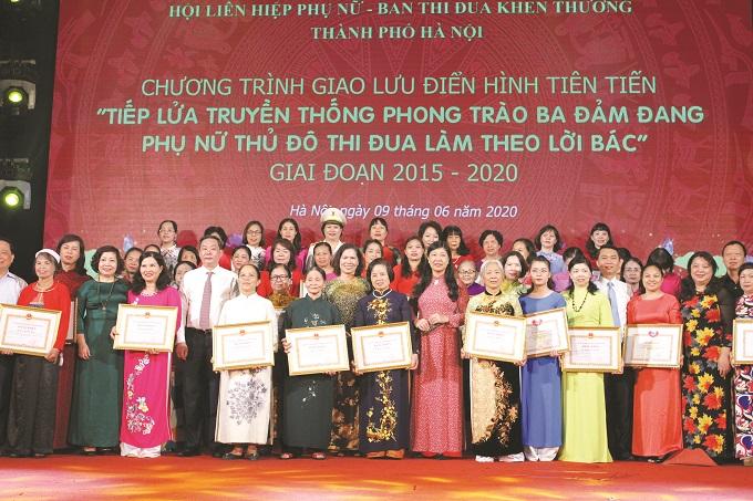 """Các đại biểu tham gia chương trình giao lưu điển hình tiên tiến Phụ nữ Thủ đô tiếp lửa truyền thống phong trào """"Ba đảm đang"""" tại Hội LHPN TP Hà Nội."""