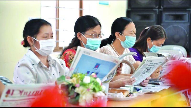 """Một buổi sinh hoạt CLB """"Đọc và làm theo báo Hội"""" của Chi hội Phụ nữ tổ 18 phường Ngọc Thụy, quận Long Biên"""