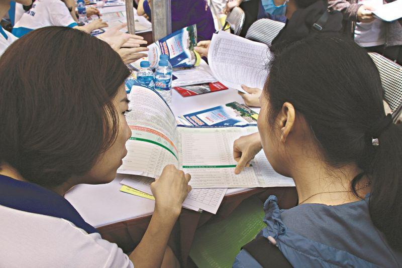Thí sinh tìm hiểu thông tin tuyển sinh năm 2021 tại các trường đại học