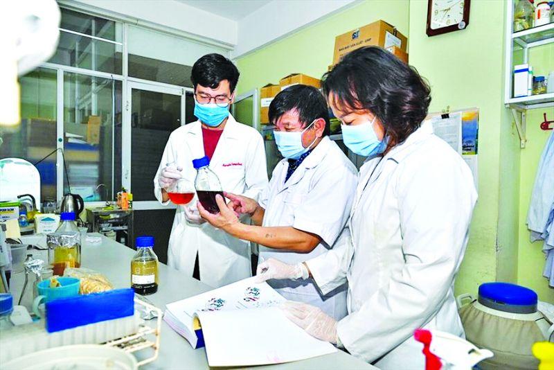 PGS.TS Lê Quang Huấn (giữa) cùng các cộng sự nghiên cứu thuốc Vipdervir.