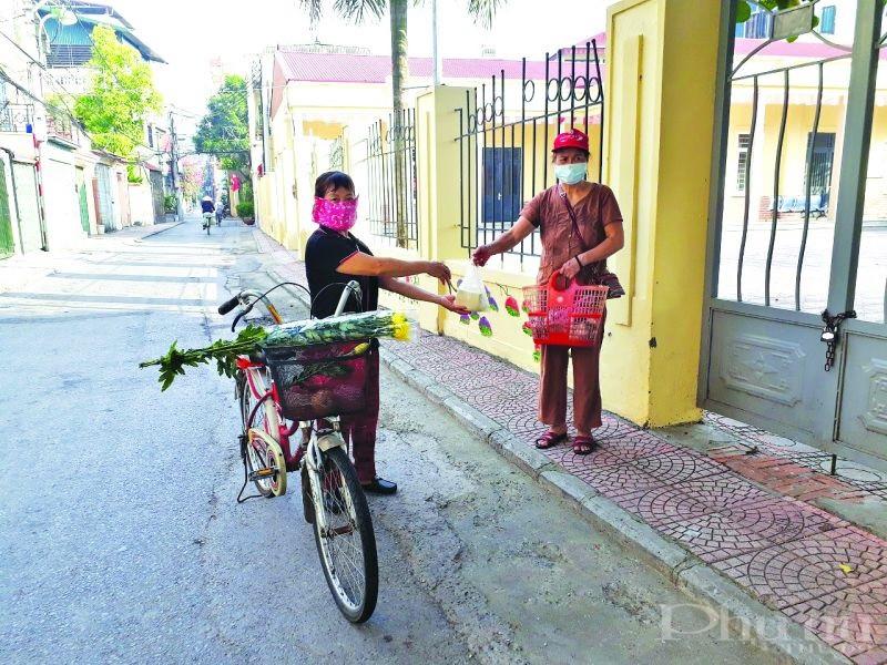 """Mô hình phụ nữ """"Đi chợ giúp nhau"""" đã được chị em cán bộ, hội viên phụ nữ phường Việt Hưng đồng tình hưởng ứng. (Ảnh: HPN)."""