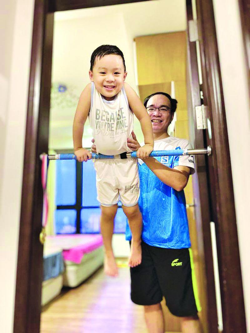 """Mỗi giờ ở nhà của """"ông bố chịu chơi"""" Nguyễn Mạnh Hùng và con trai luôn thú vị như thế này."""
