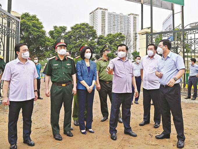Bí thư Thành ủy Hà Nội Đinh Tiến Dũng kiểm tra công tác xây dựng bệnh viện dã chiến hồi sức điều trị bệnh nhân Covid-19 nặng và nguy kịch tại phường Yên Sở, quận Hoàng Mai.