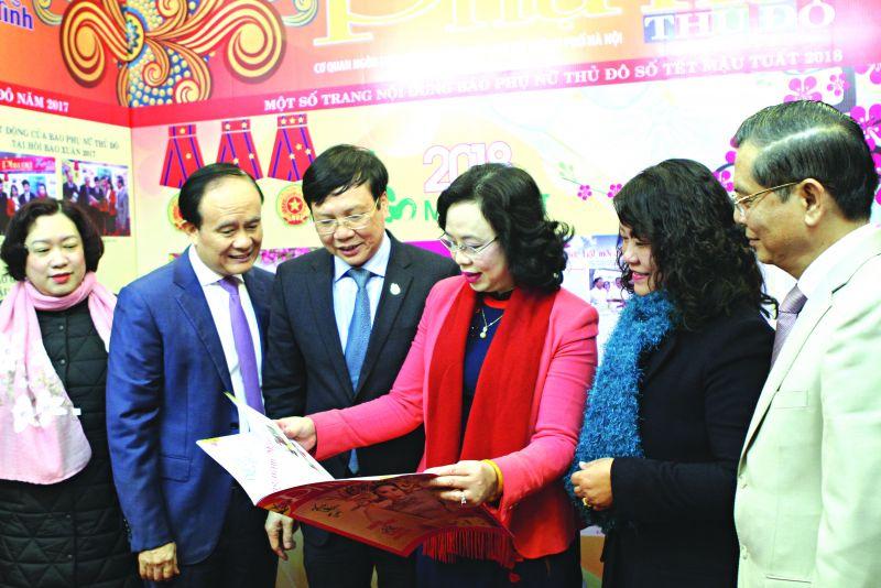 Lãnh đạo thành phố Hà Nội và Hội Nhà báo ViệtNam thăm gian hàng báo Xuân báo PNTĐ tại Hội báo Xuân 2018
