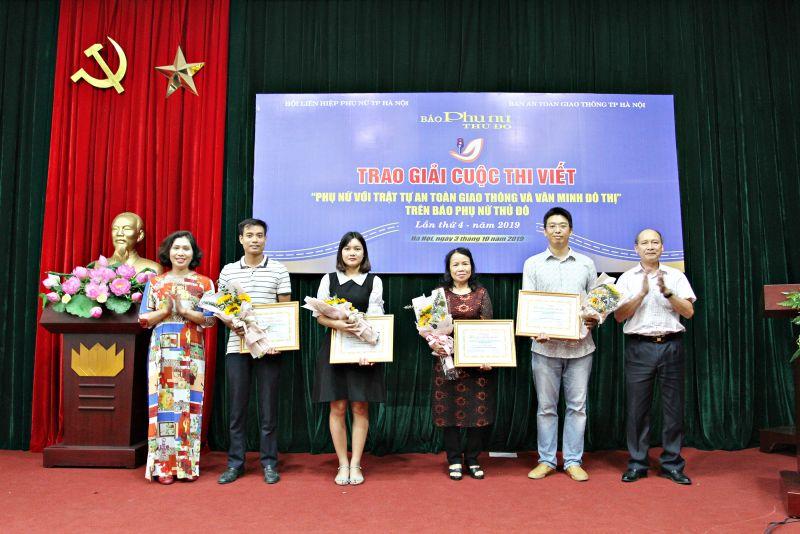 """Nhà báo Kiều Thanh Hùng (người ngoài cùng bên phải) trao giải cho các tác giả đạt giải tại cuộc thi """"Phụ nữ với an toàn giao thông và văn minh đô thị"""""""