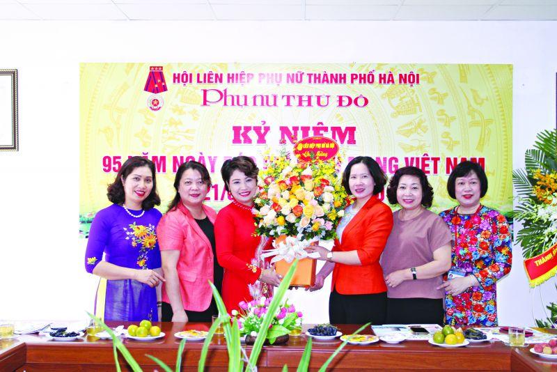 Lãnh đạo Hội LHPN Hà Nội tặng hoa chúc mừng báo PNTĐ nhân ngày nhà báo ViệtNam (21/6/2020)
