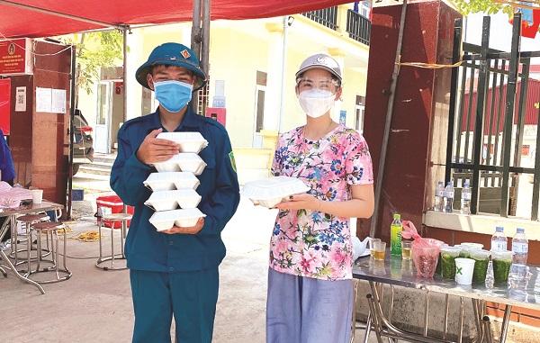 Chị Tạ Thị Hạnh (SN 1989, hội viên phụ nữ phường Tây Tựu, quận Bắc Từ Liêm) tặng những suất cơm ấm nóng cho các lực lượng tuyến đầu chống dịch