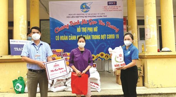 Hội LHPN phường Xuân Tảo  tặng quà cho các gia đình khó khăn, phụ nữ nhập cư và học sinh, sinh viên  bị ảnh hưởng do Covid-19