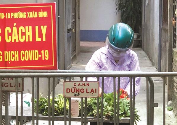 Hội viên, phụ nữ phường Xuân Đỉnh mua nhu yếu phẩm cho các gia đình bị cách ly