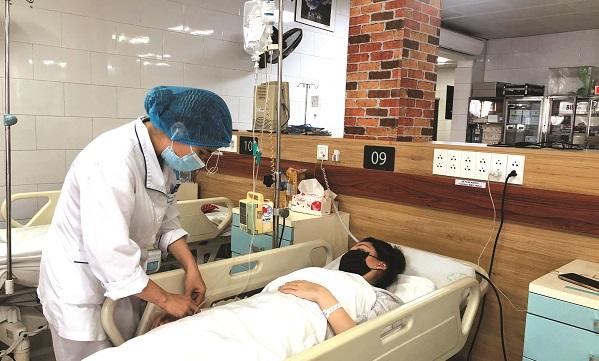 Bệnh nhân đang dùng thuốc chữa động kinh, khi dùng thêm paracetamol liều 2 gam/ngày đã dẫn tới viêm gan. Ảnh: BVCC