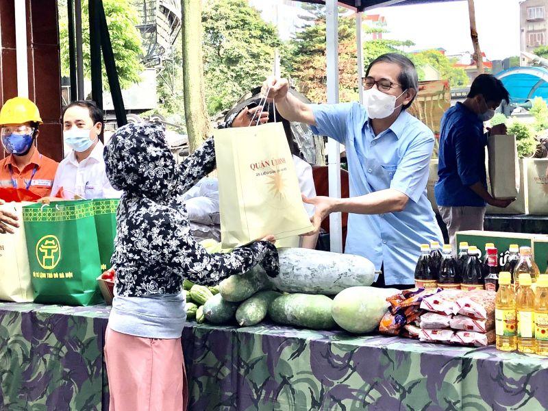 'Gian hàng 0 đồng' nhằm giúp đỡ những người có hoàn cảnh khó khăn, người ngoại tỉnh đang ở trọ trên địa bàn phường Ngọc Hà và phường Đội Cấn (quận Ba Đình, TP Hà Nội).