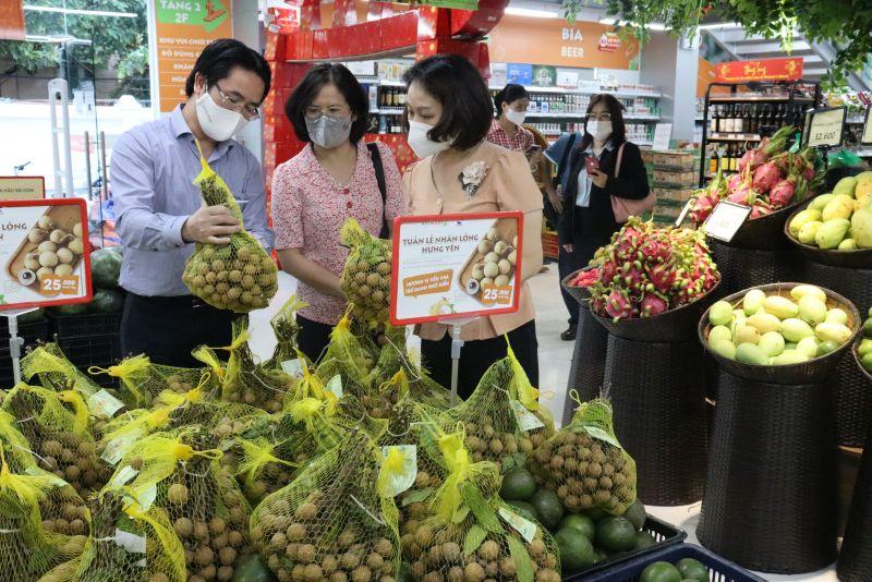 Các đồng chí lãnh đạo Hội LHPN Hà Nội và công ty TNHH bán lẻ BRG kiểm tra thông tin sản phẩm nhãn lồng Hưng Yên thông qua mã QR trên nhãn mác