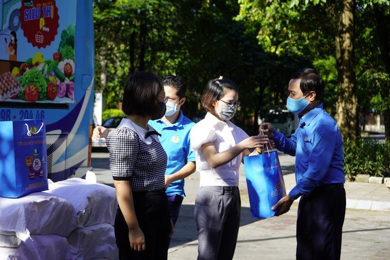 Lãnh đạo Liên đoàn Lao động TP Hà Nội tặng túi an sinh Công đoàn hỗ trợ người LĐ