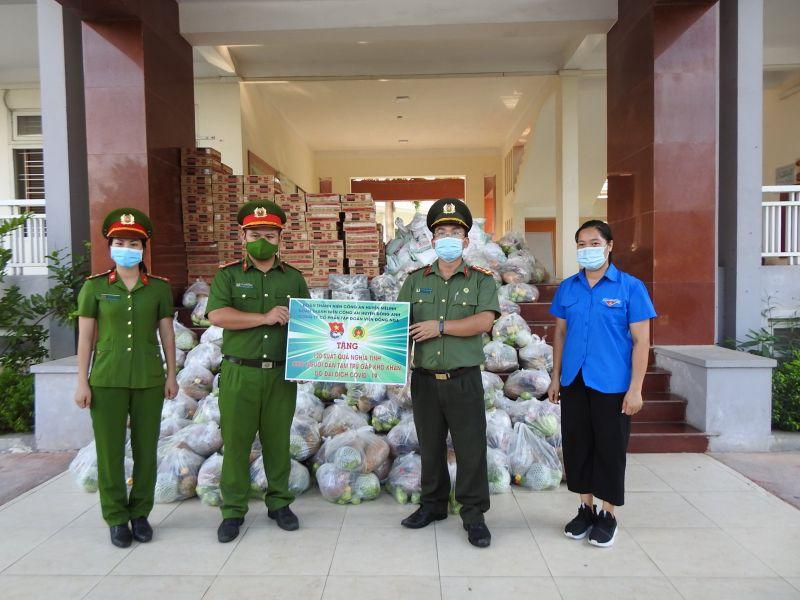 Các cán bộ chiến sĩ Đoàn Thanh niên Công an huyện Đông Anh và Đoàn Thanh niên Công an huyện Mê Linh tặng quà cho người dân ngoại tỉnh đang tạm trú tại xã Kim Chung, huyện Đông Anh