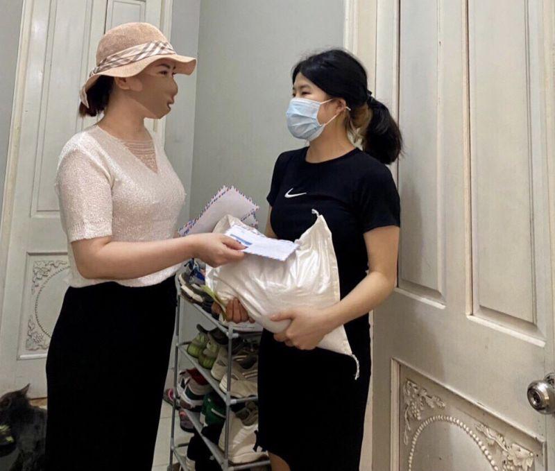 Chị Phạm Thị Thanh - chủ nhà ở phường Xuân Đỉnh, quận Bắc Từ Liêm tặng quà hỗ trợ người thuê nhà vượt qua khó khăn