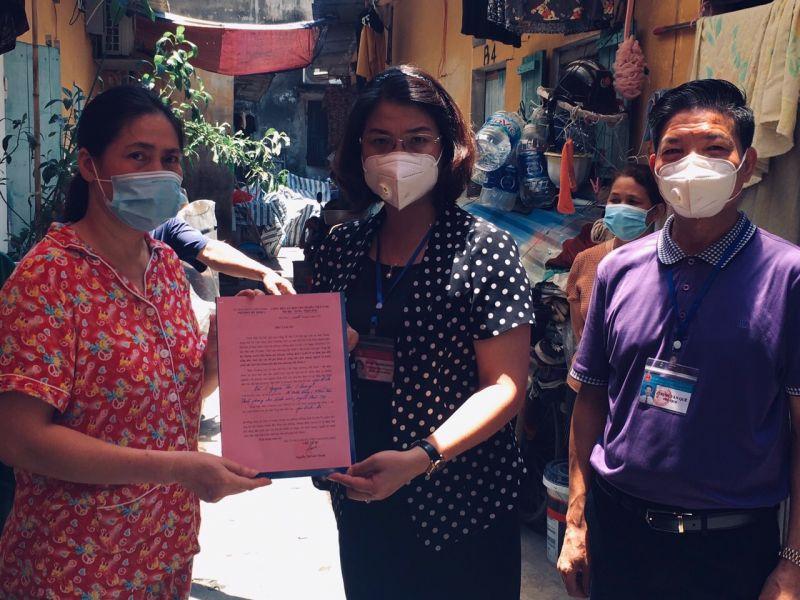 Các đồng chí lãnh đạo phường Mỹ Đình 1, quận Nam Từ Liêm trao thư cảm ơn với chị Nguyễn Thị Nhung, hội viên phụ nữ, chủ nhà trọ đã giảm giá, hỗ trợ LĐ tự do