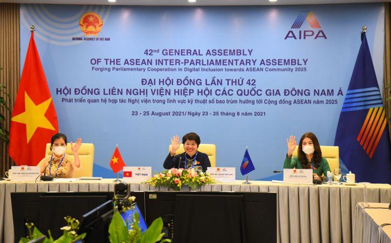 Đoàn Nữ đại biểu Quốc hội Việt Nam do Chủ nhiệm Ủy ban Xã hội Nguyễn Thúy Anh (ngồi giữa) làm Trưởng đoàn