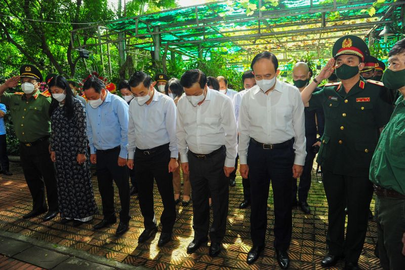 Đồng chí Đinh Tiến Dũng - Ủy viên Bộ Chính trị, Bí thư Thành ủy Hà Nội cùng các đồng chí lãnh đạo Thành ủy - UBND- HĐND Thành phố thành kính tưởng nhớ vị anh Cả của Quân đội Nhân dân Việt Nam.