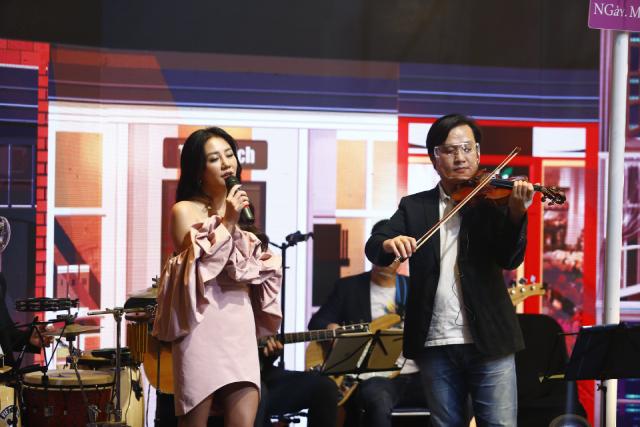 Ca sỹ Văn Mai Hương biểu diễn trong chương trình.