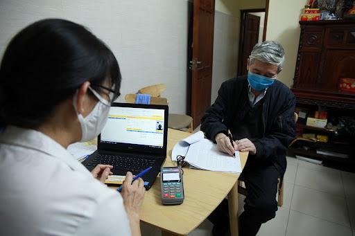 Người dân Hà Nội nhận lương hưu tại nhà