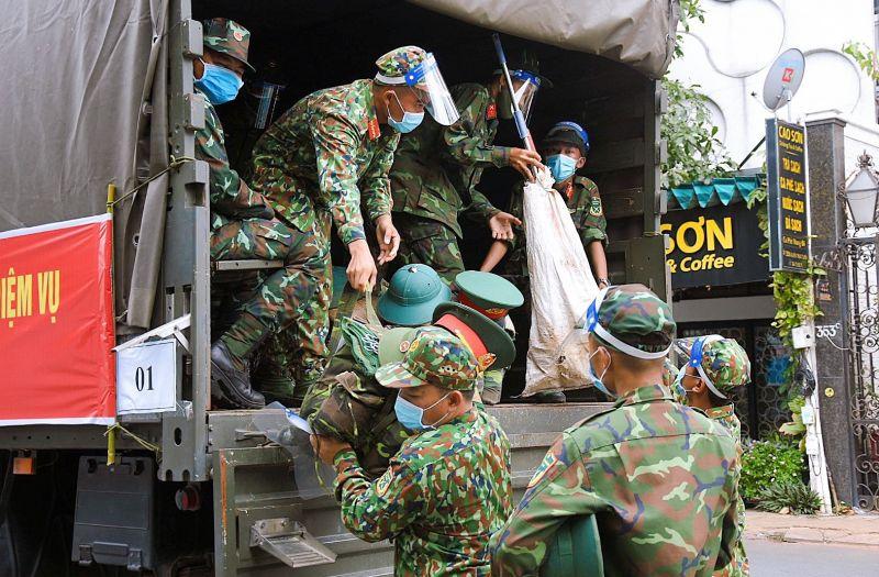 Phường 1, quận Tân Bình vừa tiếp nhận 15 cán bộ, chiến sĩ Sư đoàn 309 và 6 Quân y tham gia hỗ trợ chống dịch COVID-19.