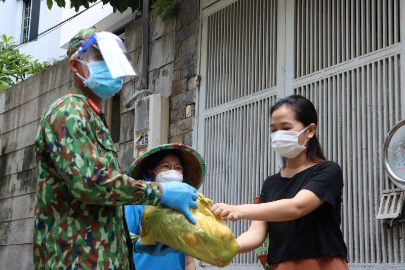 Nhiều người dân cho biết, khi thấy các chiến sĩ bộ đội, cán bộ phường nhễ nhại mồ hôi chuyển thực phẩm đến tận tay cho mình cảm thấy rất xúc động.