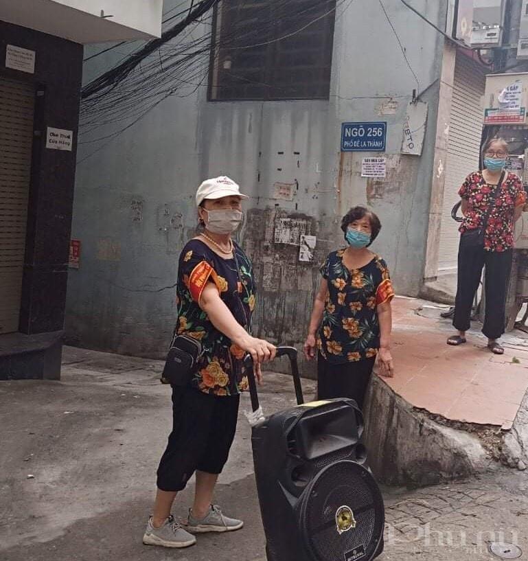 Các bà, các cô phụ nữ quận Đống Đa kéo loa đi tuyên truyền phòng chống dịch bệnh tại các  ngõ phố