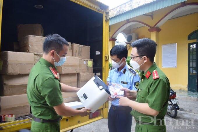 Lực lượng chức năng kiểm tra lô hàng
