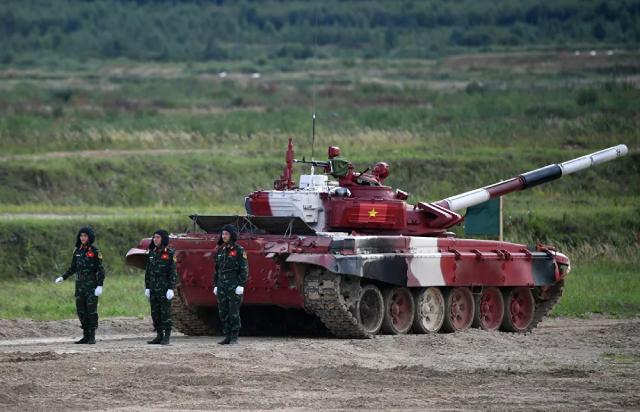 Kíp xe tăng T-72B3 quân đội Việt Nam trước giờ thi đấu tại Tank Biathlon 2021 tại thao trường Alabino, ngoại ô Moskva.