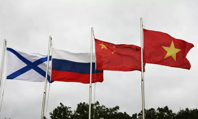 Lá cờ Andreevsky và các quốc kỳ Nga, Trung Quốc và Việt Nam (từ trái sang phải) trong lễ khai mạc Hội thao quân sự quốc tế Army Games 2021 tại Vladivostok.
