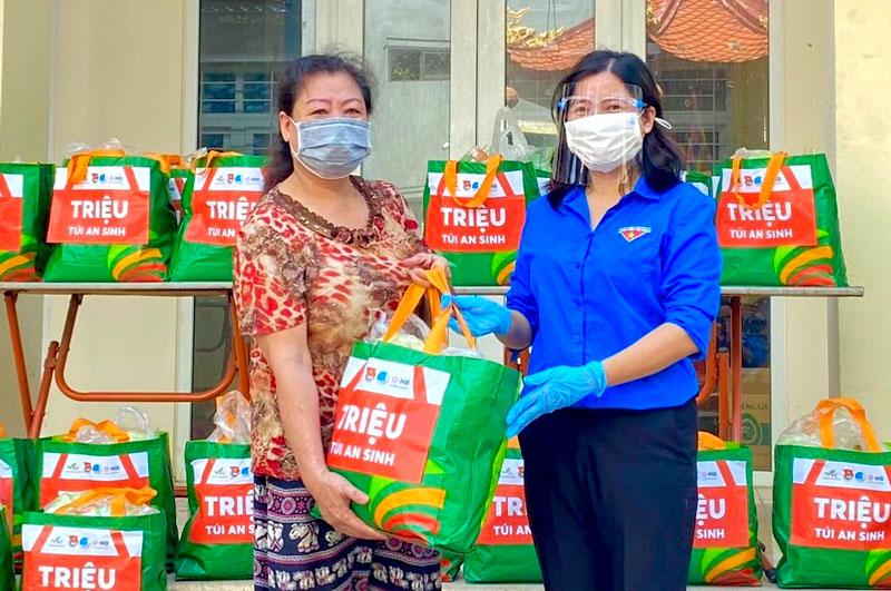 """Trao tặng """"Túi quà an sinh"""" tới người dân có hoàn cảnh khó khăn tại quận Ba Đình (Hà Nội)"""