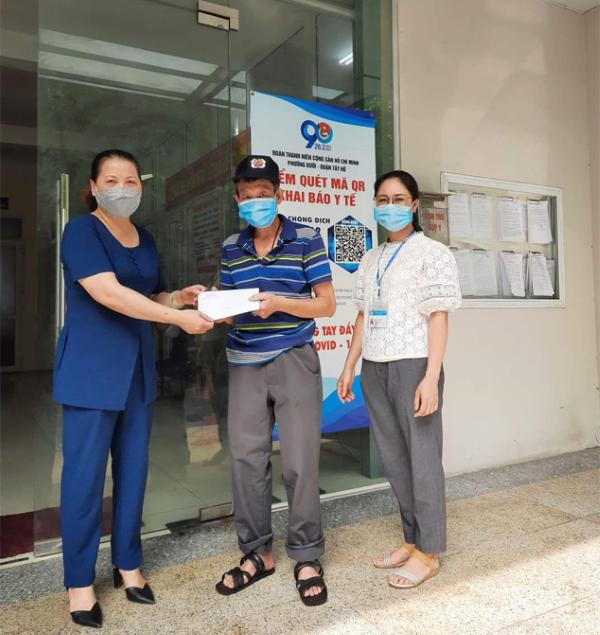 Phó Chủ tịch UBND phường Bưởi (quận Tây Hồ) Trần Kim Phượng trao hỗ trợ cho người có công, đối tượng bảo trợ xã hội, hộ cận nghèo.