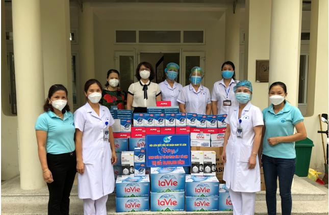 Chị Lê Thị Bích Hà - Chủ tịch Hội LHPN quận Nam Từ Liêm (thứ 4 từ trái qua) đại diện các cấp Hội LHPN quận trao tặng quà hỗ trợ Trung tâm Y tế quận