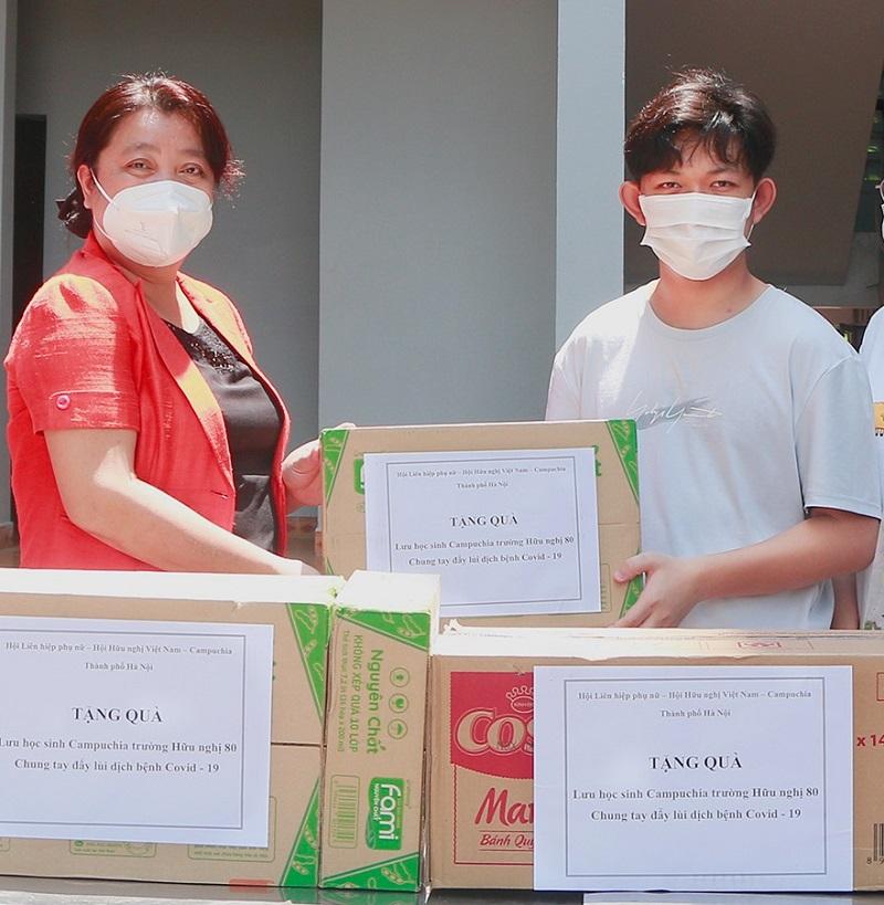 Những món quà mang theo tình cảm, sự chăm lo của tổ chức Hội LHPN Hà Nội, Hội Hữu nghị Việt Nam Campuchia, động viên các lưu học sinh Campuchia an tâm học tốt
