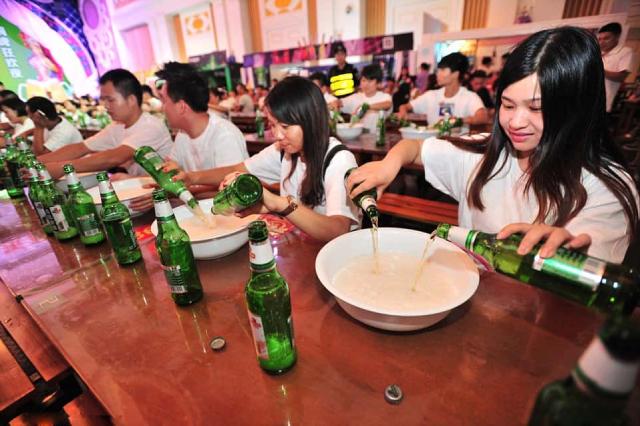 Văn hóa ép uống bi rượu đang bị chỉ trích tại Trung Quốc.