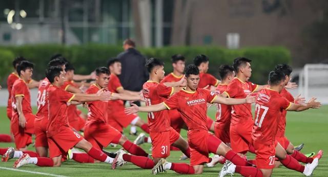 Các cầu thủ Việt Nam trên sân Al Maktoum (UAE).