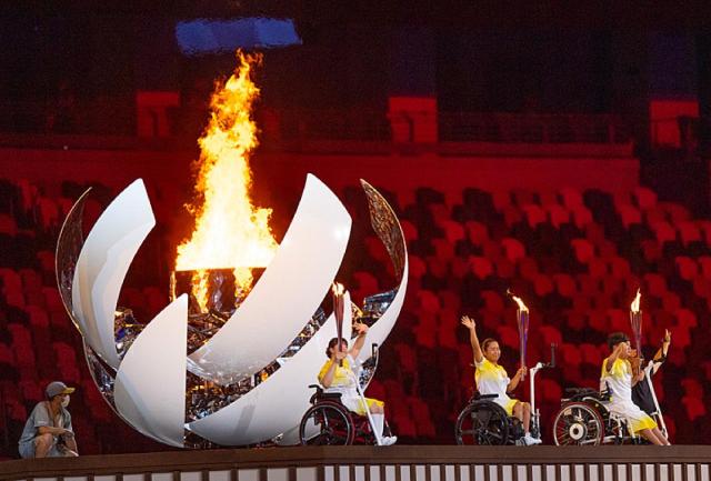 Các VĐV Nhật Bản thắp sáng ngọn đuốc Paralympic Tokyo 2020 trên đài lửa SVĐ Olympic.