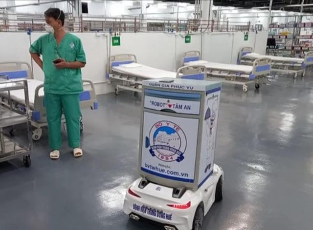 Robot của BV Trung ương Huế đưa vào Trung tâm Hồi sức tích cực người bệnh COVID-19 tại TPHCM. Ảnh: Báo SKĐS