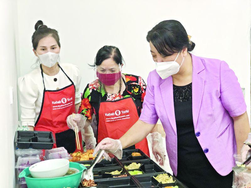 """Hội viên phụ nữ cao tuổi, nòng cốt vẫn tham gia """"trực chiến"""" các bếp ăn ấm tình tại quận Ba Đình, được lãnh đạo Hội LHPN Hà Nội đến thăm hỏi và động viên."""