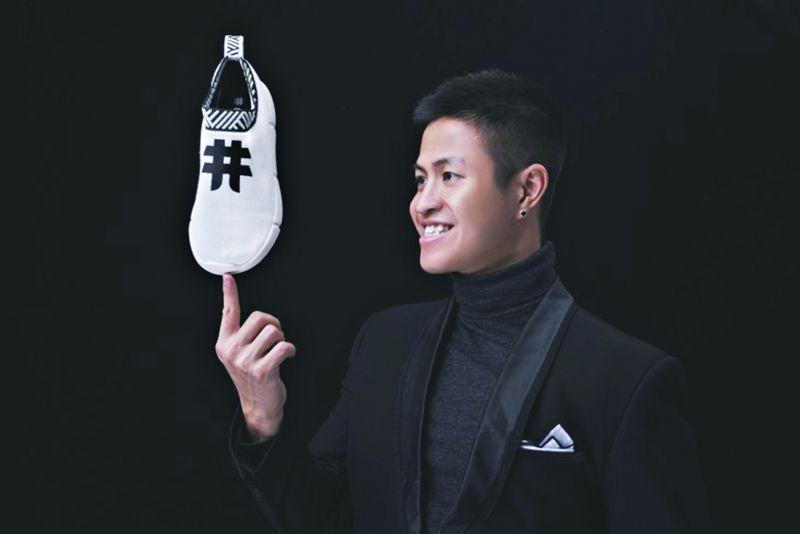 Trần Bảo Khánh với sản phẩm giầy làm từ bã cà phê và nhựa tái chế
