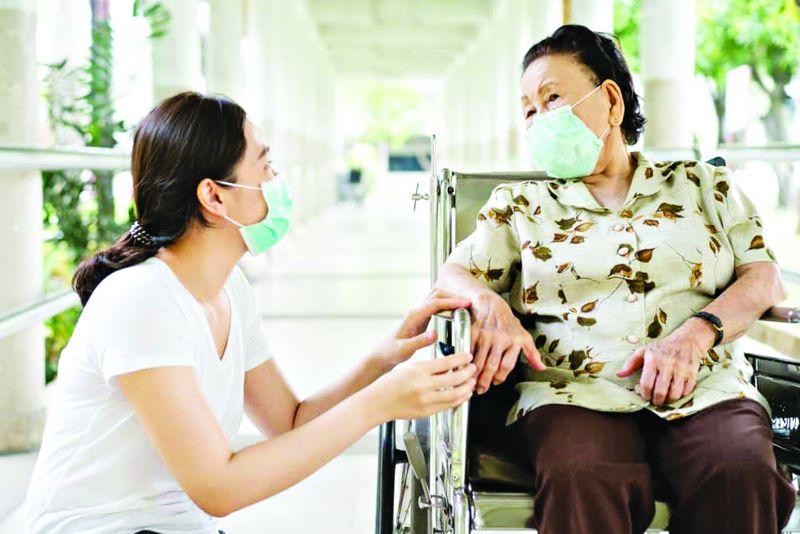Việc con cái gần gũi chăm sóc cha mẹ, giúp họ yên tâm vượt qua đại dịch
