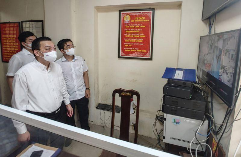 Chủ tịch UBND thành phố Hà Nội Chu Ngọc Anh theo dõi hệ thống camera giám sát khu vực phong tỏa tại Công an phường Thanh Xuân Trung.