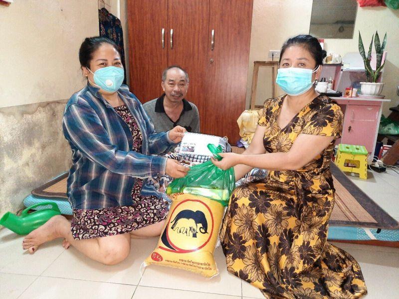 Đại diện Hội LHPN phường Vĩnh Hưng tặng quà cho gia đình chị Hà anh Phu