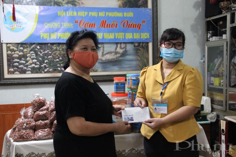 Chi hội Phụ nữ số 6 - Hội LHPN phường Bưởi góp kinh phí mua lạc, muối ủng hộ chương trình.
