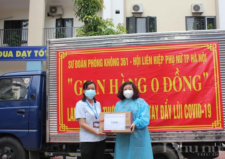 Mặc sáng ngày 26/8, trời có mưa nhưng đoàn công tác cũng có mặt tại địa điểm trường Tiểu học Lý Thường Kiệt là nơi tập kết các phần quà và trao quà đại diện cho lãnh đạo UBND phường để từ đó  chuyển  quà quà tới các gia đình khó khăn.