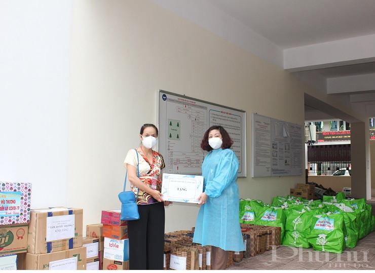 Các phần quà được Đoàn công tác chuyển tới đại diện lãnh đạo UBND phường, lãnh đạo Hội LHPN quận