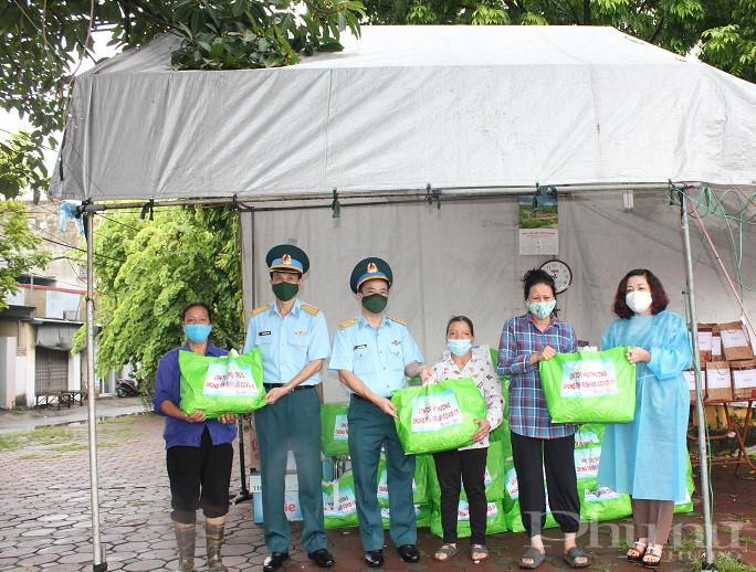 Đại diện một số hộ gia đình có hoàn cảnh khó khăn cũng có mặt tại chốt trực thôn Phương Nhị để nhận các phần quà do Hội LHPN Hà Nội và Sư đoàn 361  Không quân trao tặng
