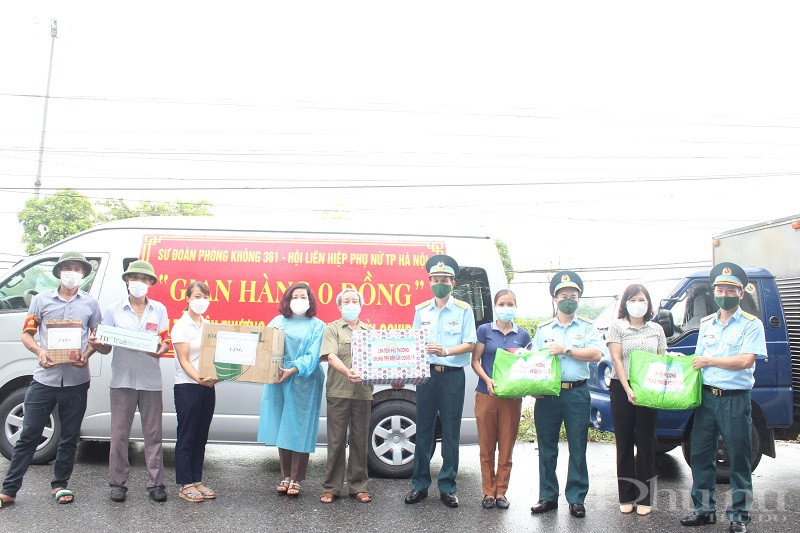 Đoàn công tác gửi tặng các phần quà cho đại diện lãnh đạo Hội LHPN huyện, UBND xã Liên Ninh, chính quyền địa phương tại xã Liên Ninh