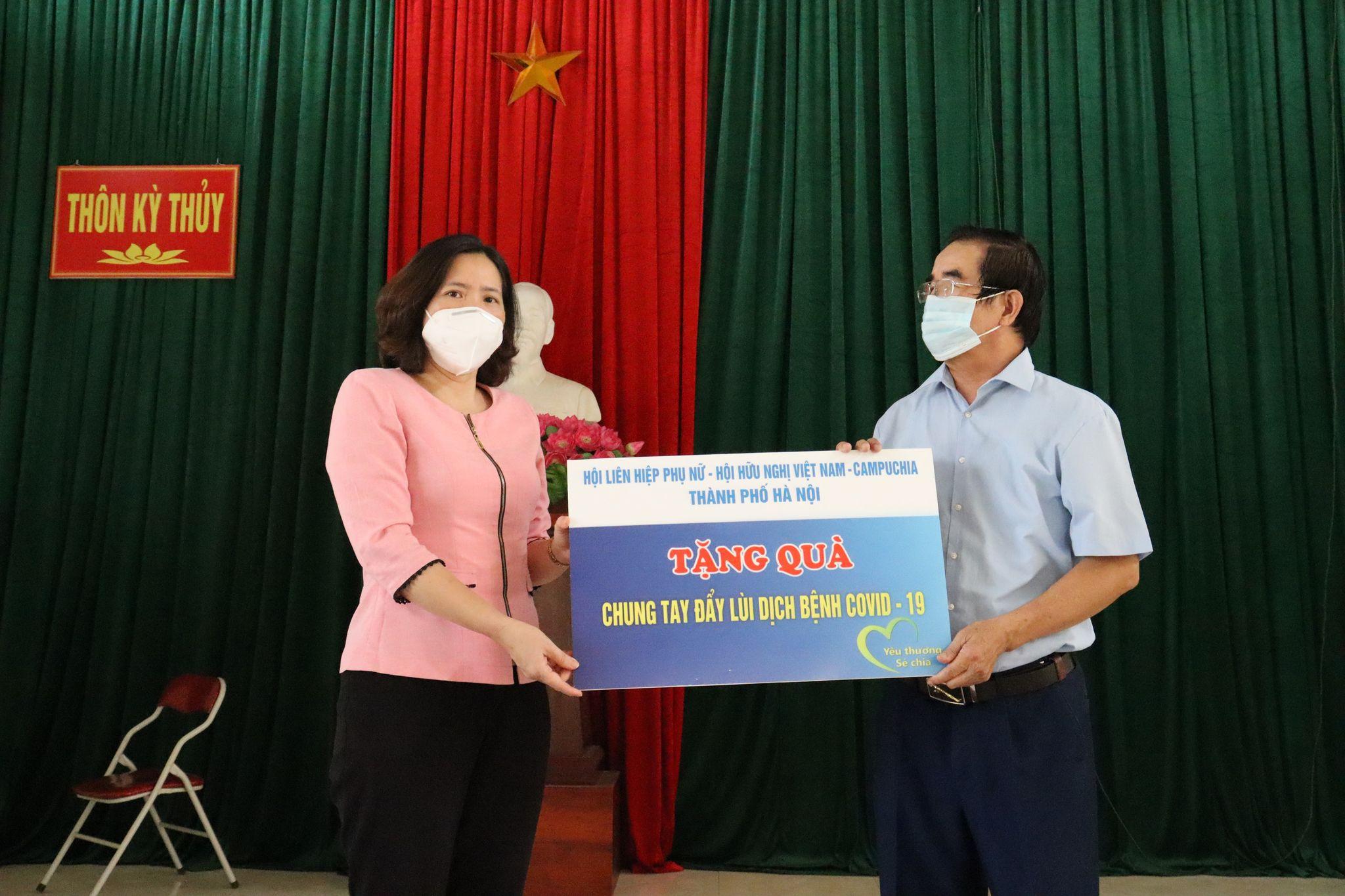 Thay mặt đoàn công tác, đồng chí Lê Kim Anh trao tặng 50 suất quà đến các cựu binh tình nguyện thuộc
