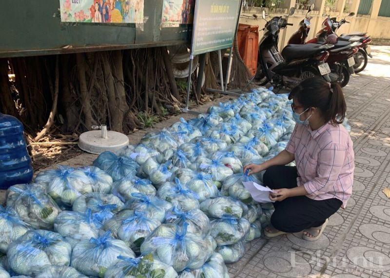 Những sản phẩm rau, củ được phân loại, chia túi trước khi gửi tới người mua.